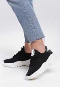 czarne sneakersy do jeansów