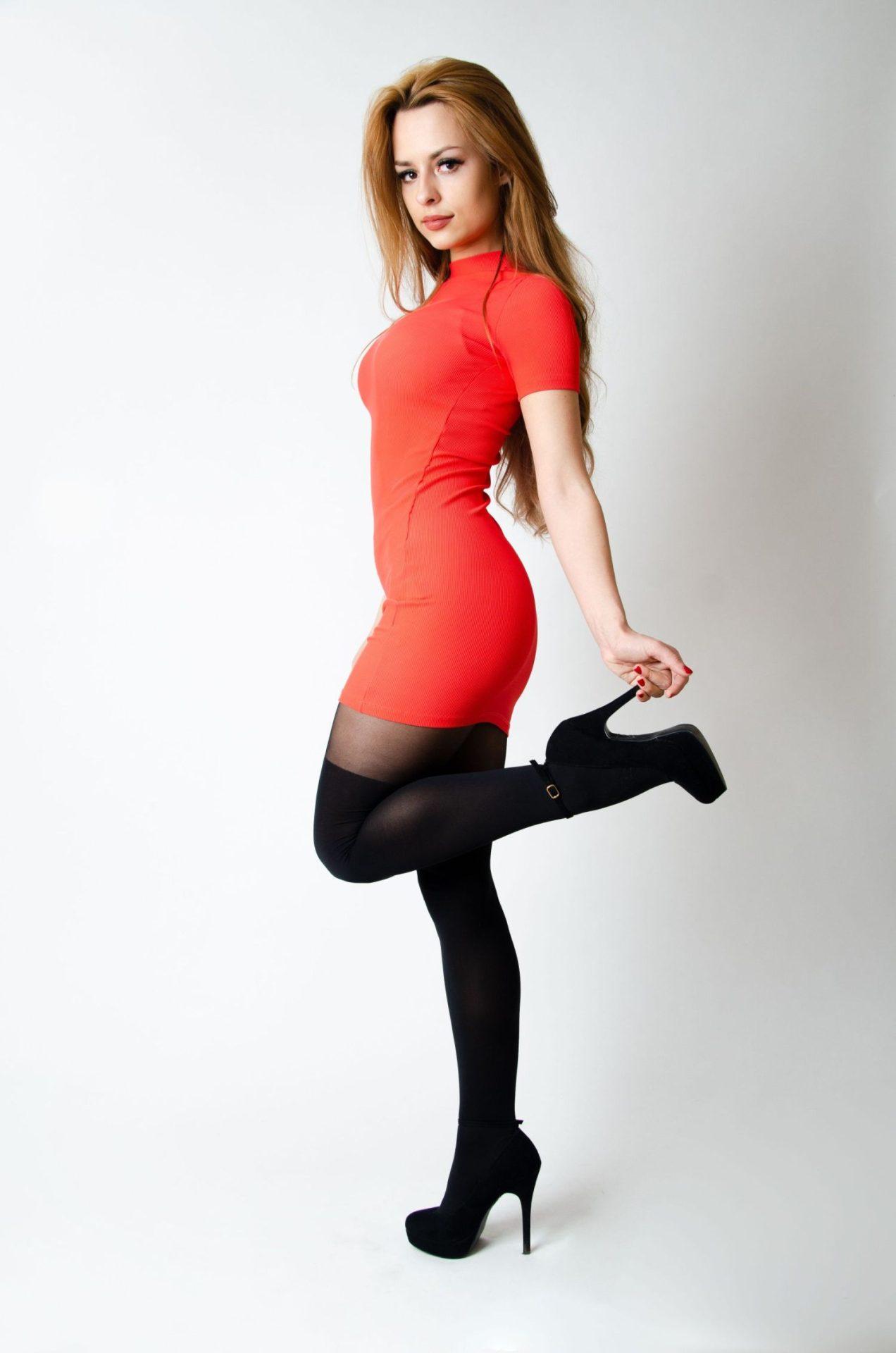 Jaka sukienka pasuje do czarnych rajstop? Poznaj stylowe