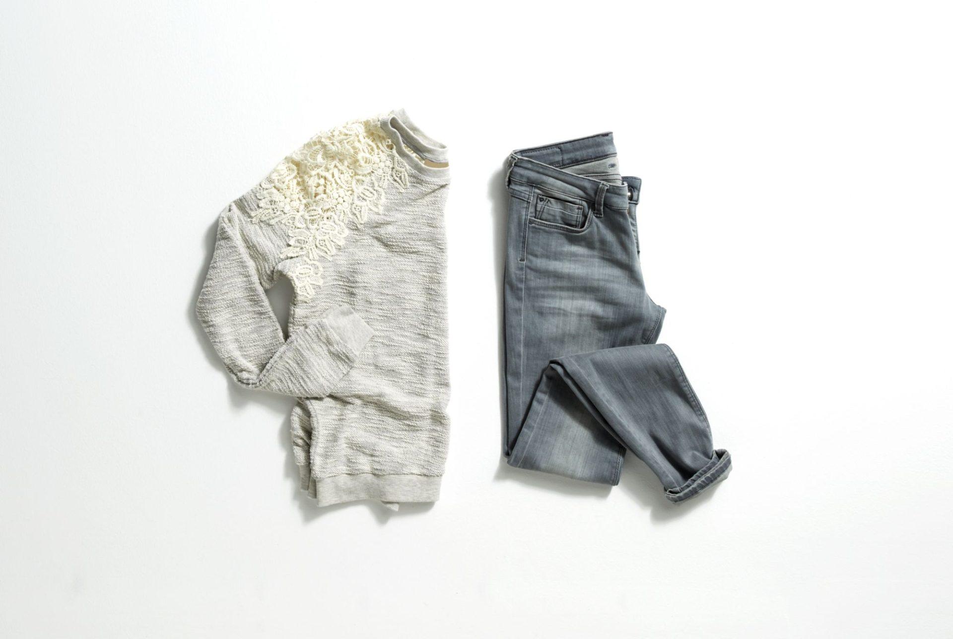jak nosić szare jeansy