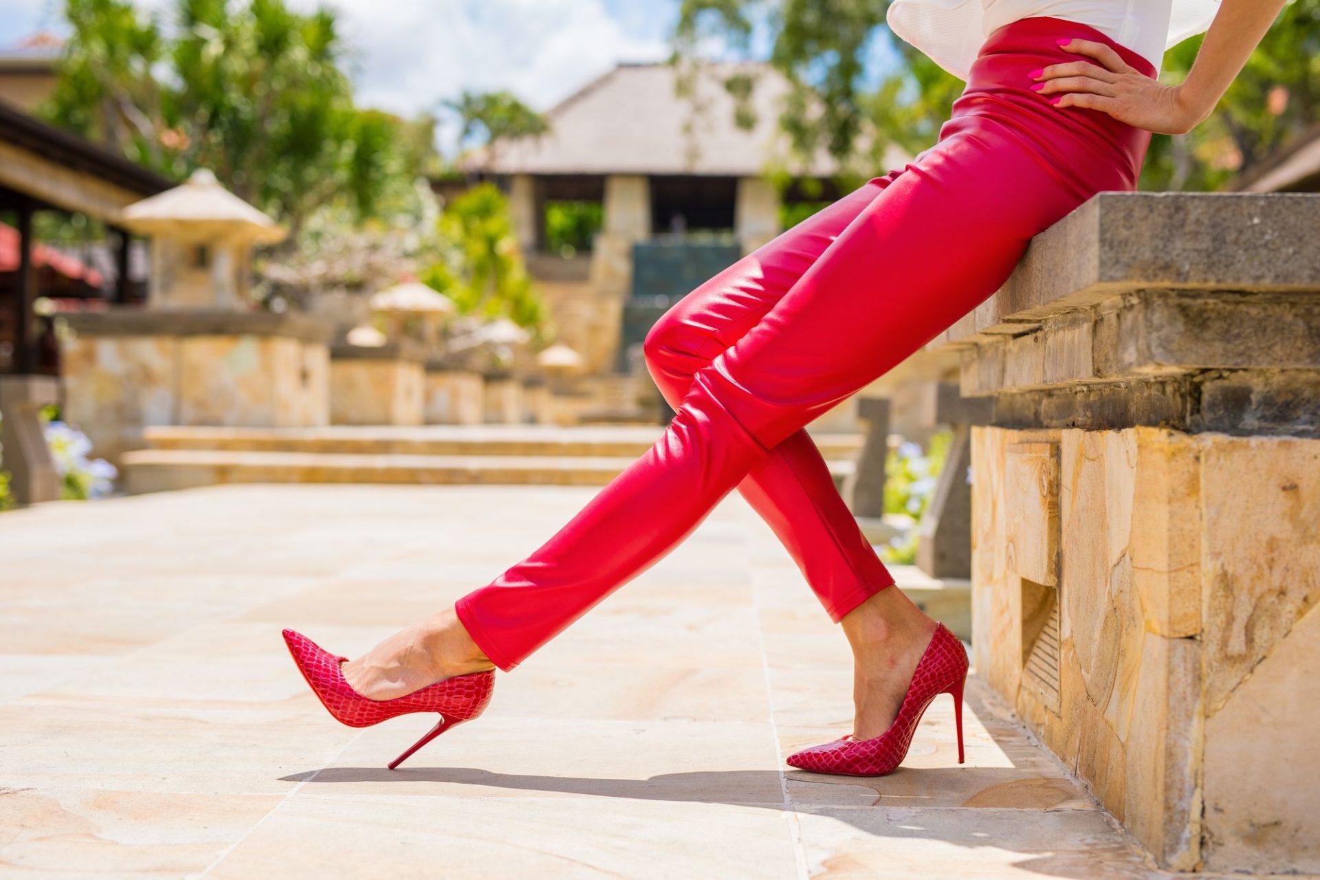 Co pasuje do bordowych spodni