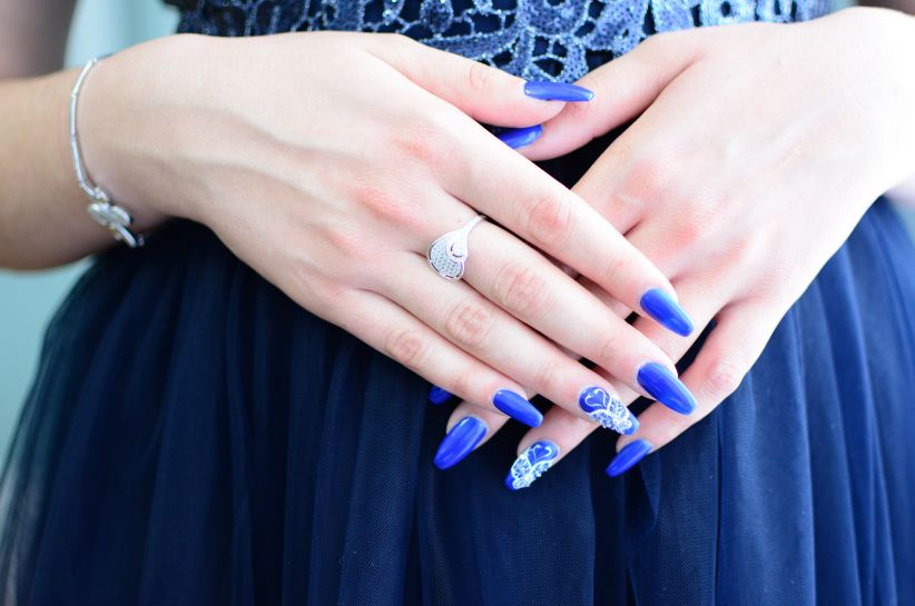 Jaki kolor paznokci pasuje do chabrowej sukienki