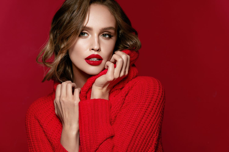Co pasuje do czerwonego swetra
