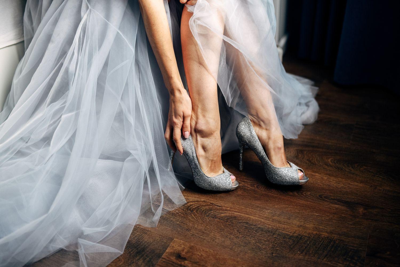 jakie buty dobrać do srebrnej sukienki