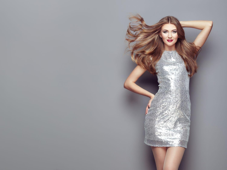 Sprawdź najmodniejsze stylizacje ze srebrną sukienką i