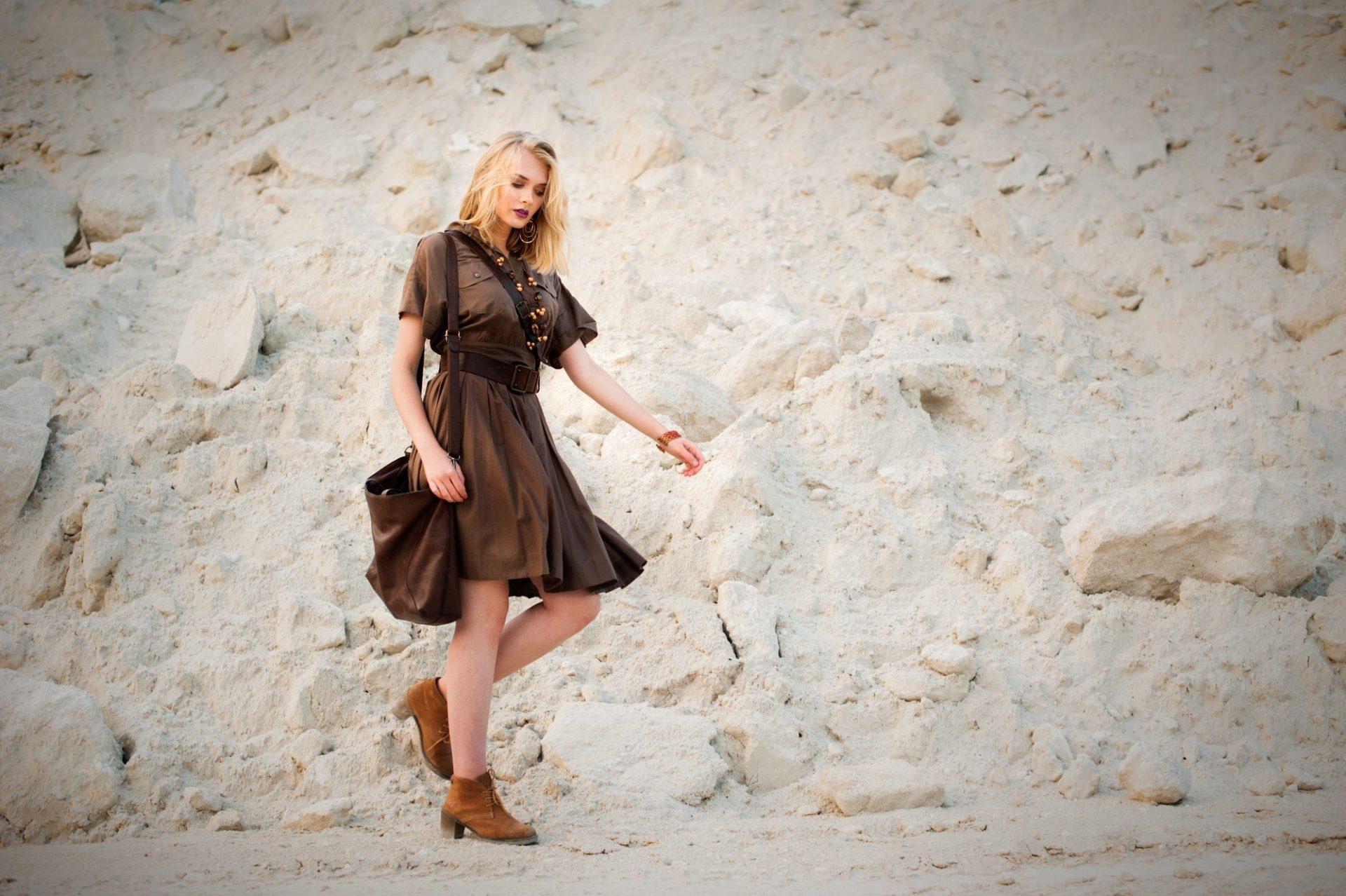 Sukienka khaki modne stylizacje