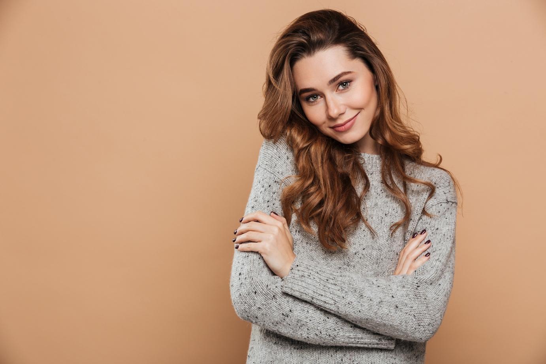 do czego nosić szary sweter