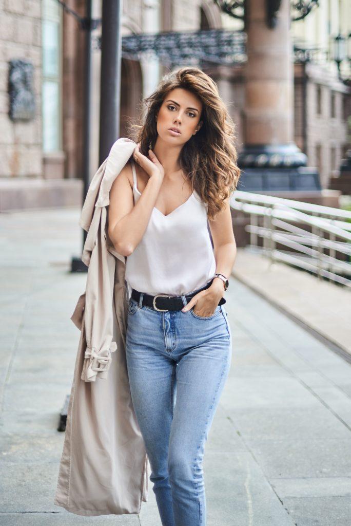 Biala bluzka damska z jeansami