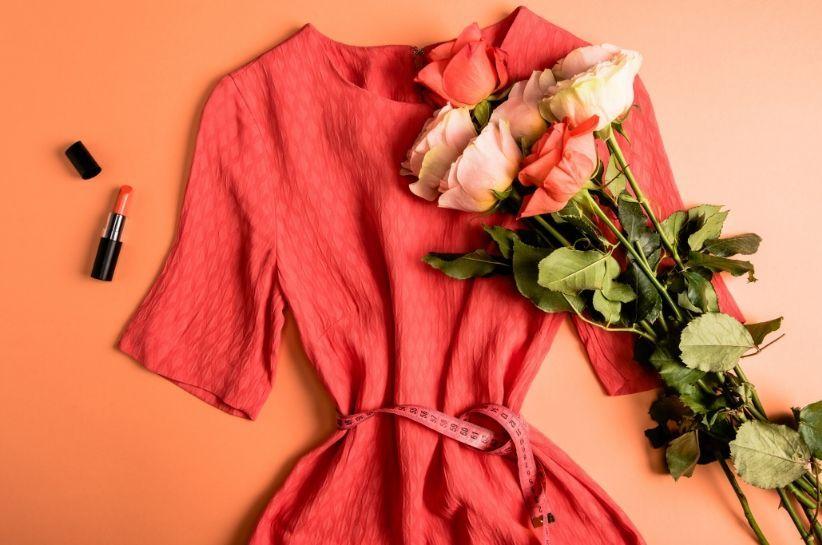 Koralowa sukienka modne stylizacje