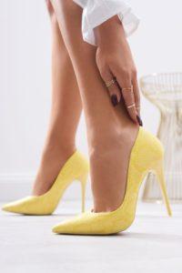jakie szpilki do złotej sukienki