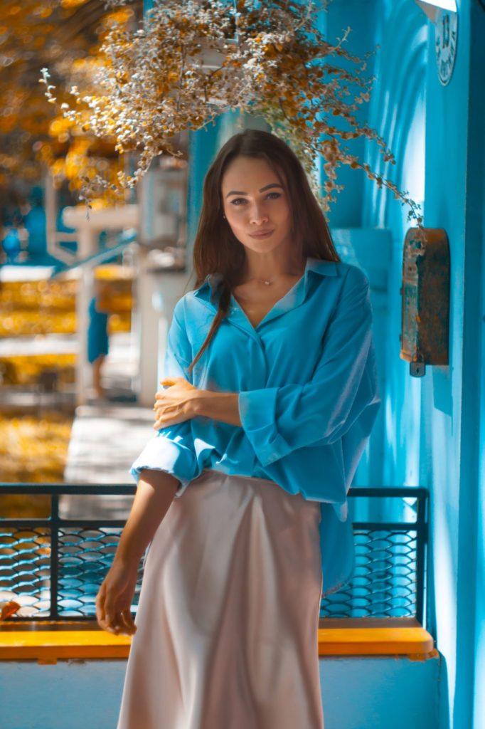 niebieska bluzka stylizacje