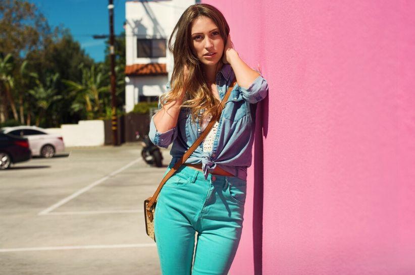 turkusowe spodnie stylizacje