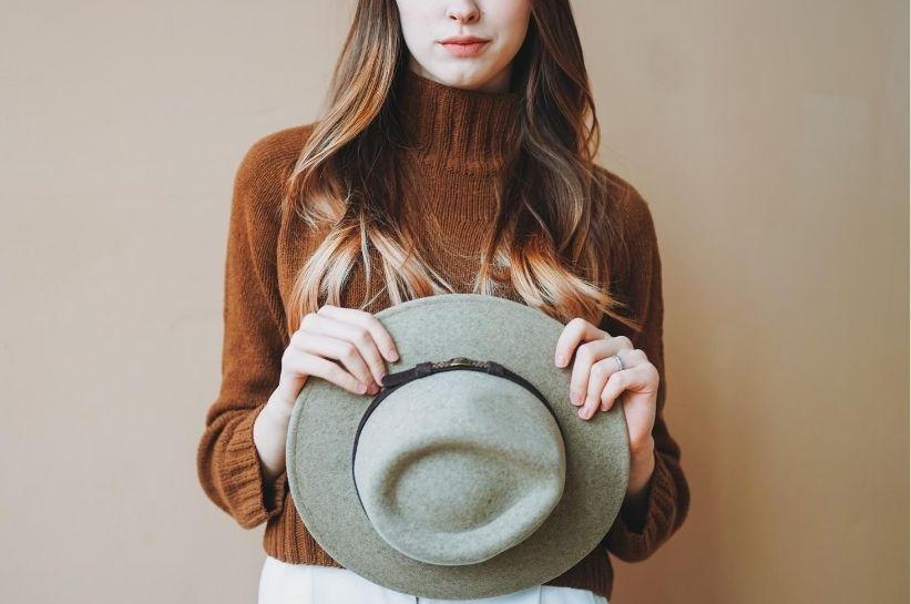 brązowy sweter stylizacje