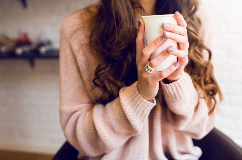 pudrowy sweter stylizacje